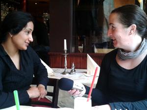 Gagan Manchenda (links im Bild) im Gespräch mit Ulrike Eva von Weltzien