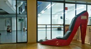 Vor dem großen Studio im Tanzprojekt kann man auf einem speziellen Stuhl Platz nehmen.