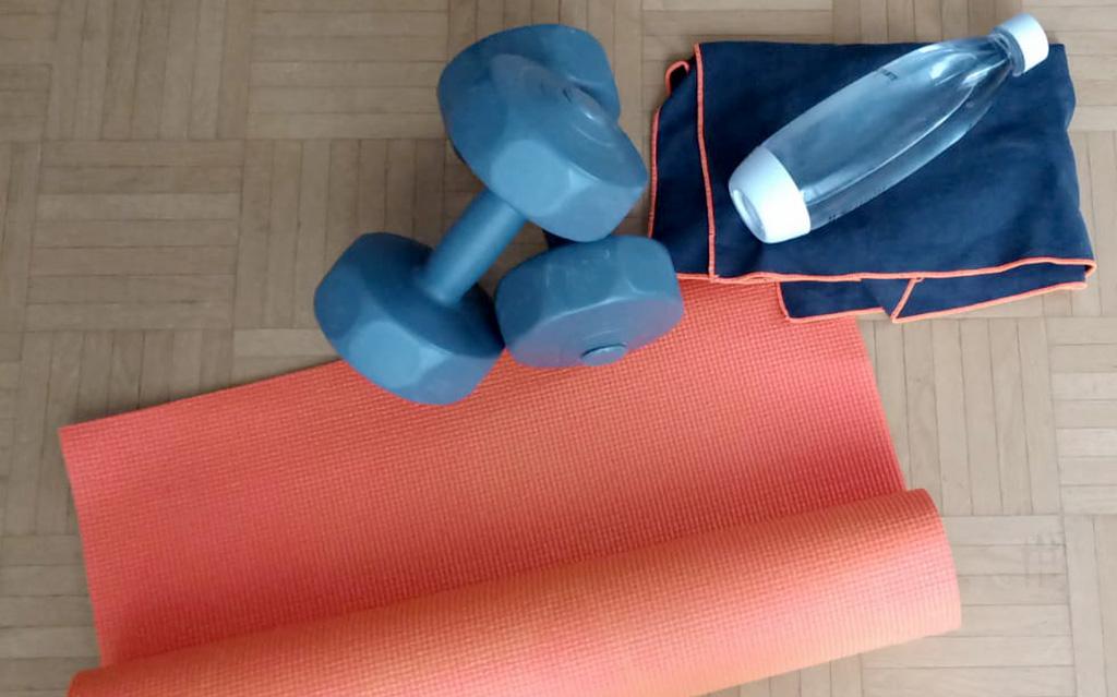 Gymnastikmatte-Hanteln-Wasserflasche-fit